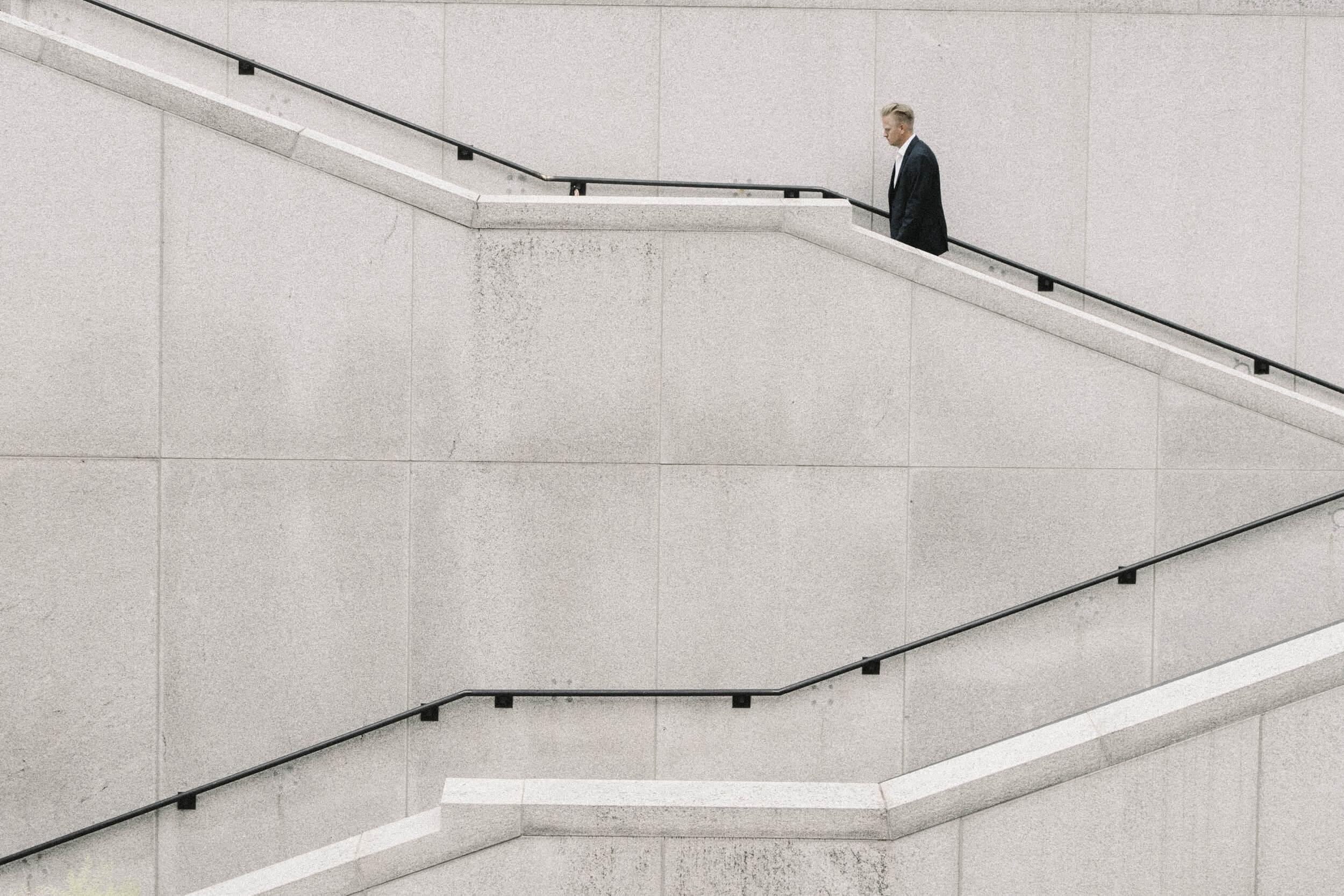 Ein Geschäftsmann für Umsetzungsorientierte Management Beratung der Treppen hoch läuft